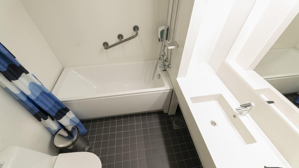 Majoitus Tampereen murikanrannassa - kylpyhuone ammeella-